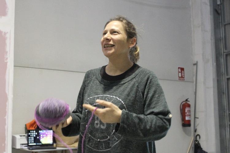 Mulleres Colleiteiras son Emilia, Soraya, Violeta e Susana. Traballan desde unha nave en Iñás, na Coruña, nunha cooperativa de reciclaxe de aceite doméstico.