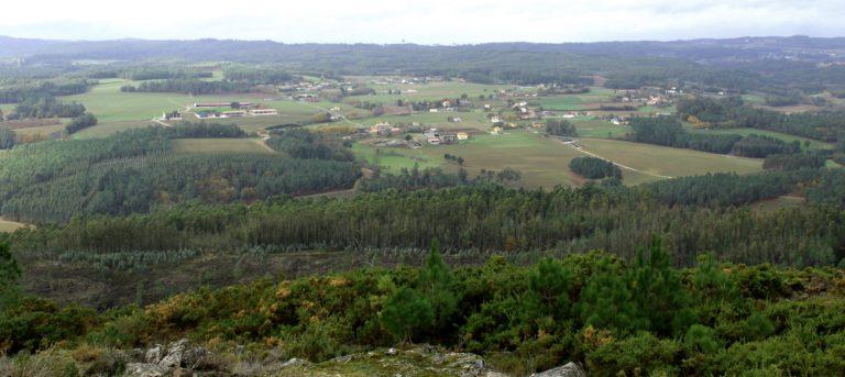 Prados, bosques e explotacións gandeiras en Bama.