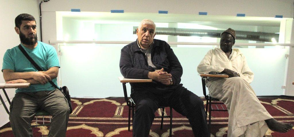 Sadek, Mustafá e Dame, na mesquita.
